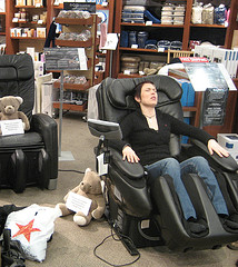 brookstone_shopper_in_massage_chair_in_argentina
